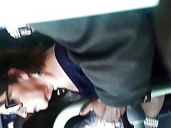 Човек докосване цици жена в автобуса