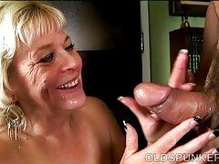 Супер секси стари spunker дава невероятно помия свирка