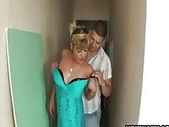 Любителски домакиня, прецака с 2 момчета в коридор