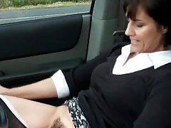 Секси milf мастурбира в колата